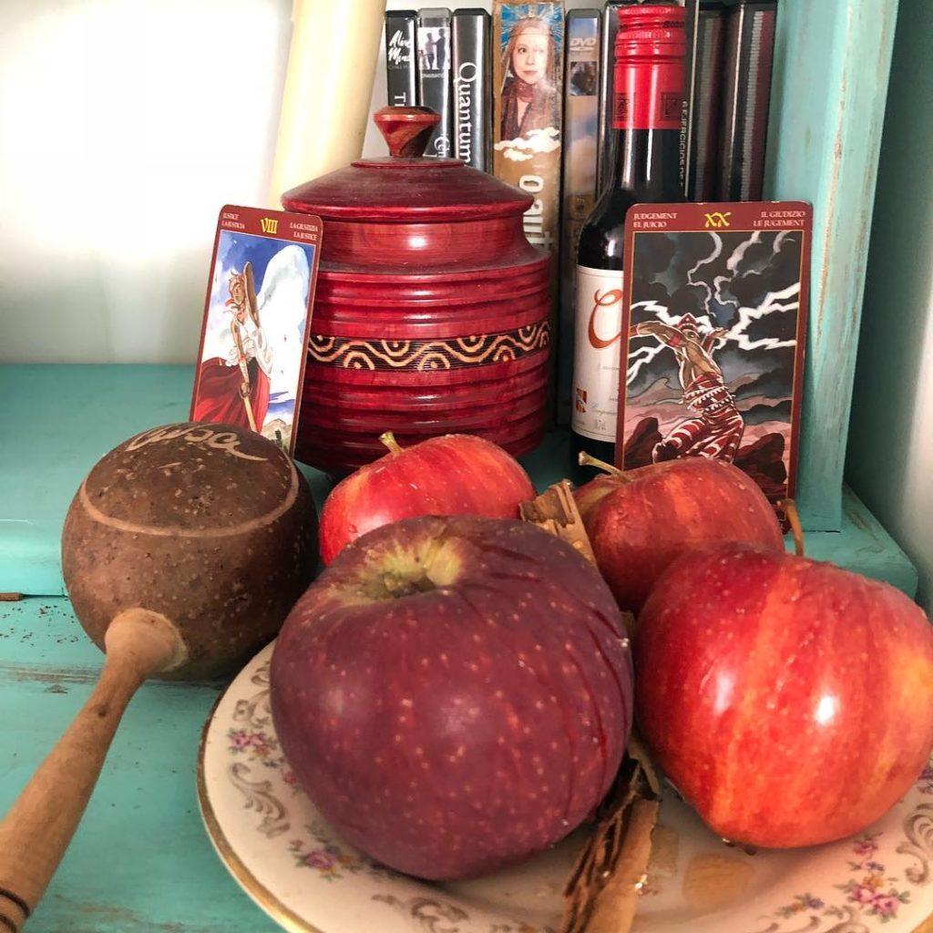 altar con manzanas