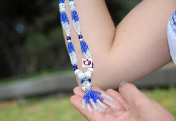 collar blanco y azul